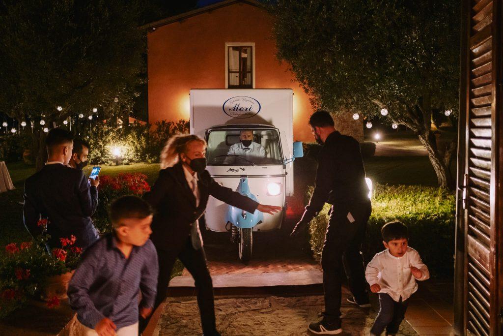 il camioncino dei gelati cerca di farsi strada tra le persone durante il ricevimento a tenuta quadrifoglio