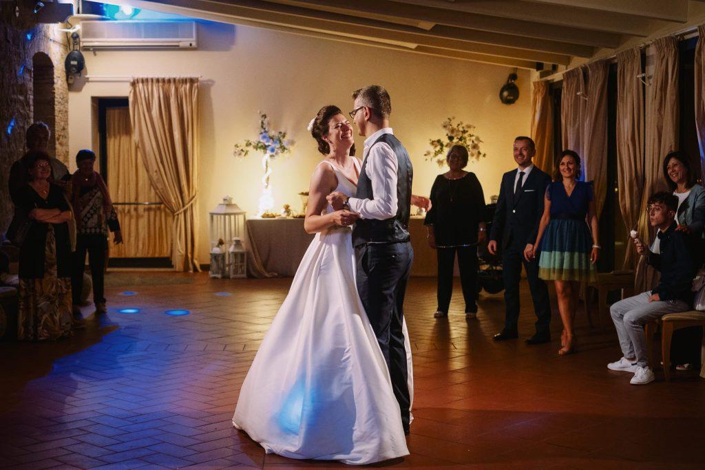 il primo ballo tra gli sposi al ricevimento di matrimonio a san gimignano