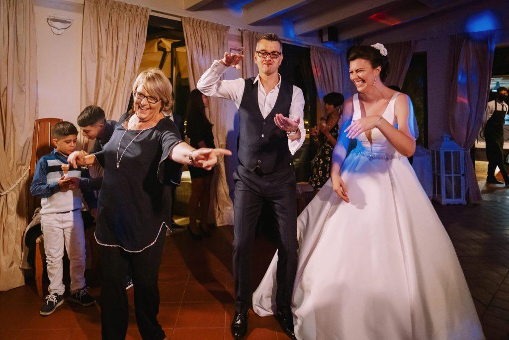 gli sposi e la mamma dello sposo ballano al matrimonio