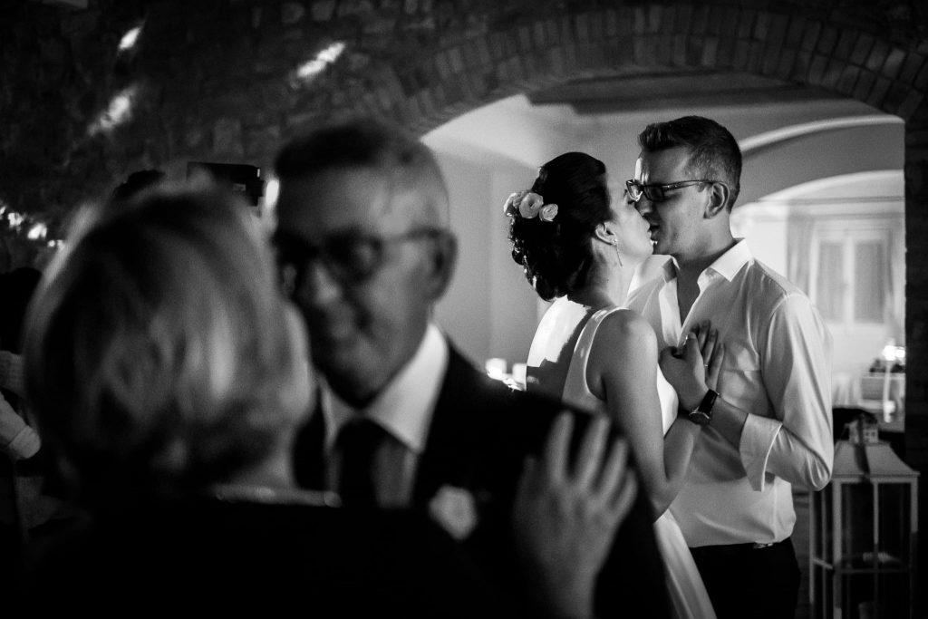 lo sposo e la sposa ballano un lento vicino ai genitori dello sposo