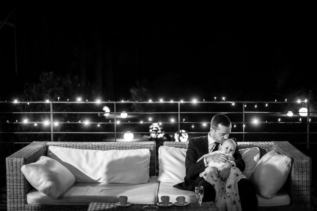 il fratello dello sposo con il figlio piccolo su un divano al termine del matrimonio a san gimignano