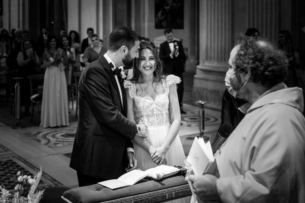 gli-sposi-sorridono-dopo-lo-scambio-delle-fedi-durante-la-cerimonia-di-matrimonio-in-chiesa