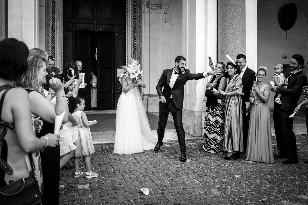 gli-sposi-escono-dopo-la-cerimonia-per-il-lancio-del-riso-insieme-a-tutti-gli-invitati-fuori-dalla-basilica-ss-bonifacio-ed-alessio-a-roma-campioni-europei-2020
