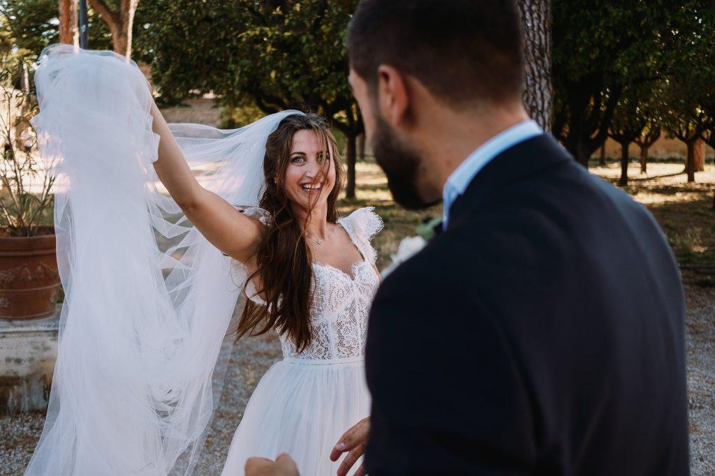 gli-sposi-fanno-le-foto-di-coppia-al-giardino-degli-aranci-a-roma-mentre-la-sposa-gioca-con-il-velo