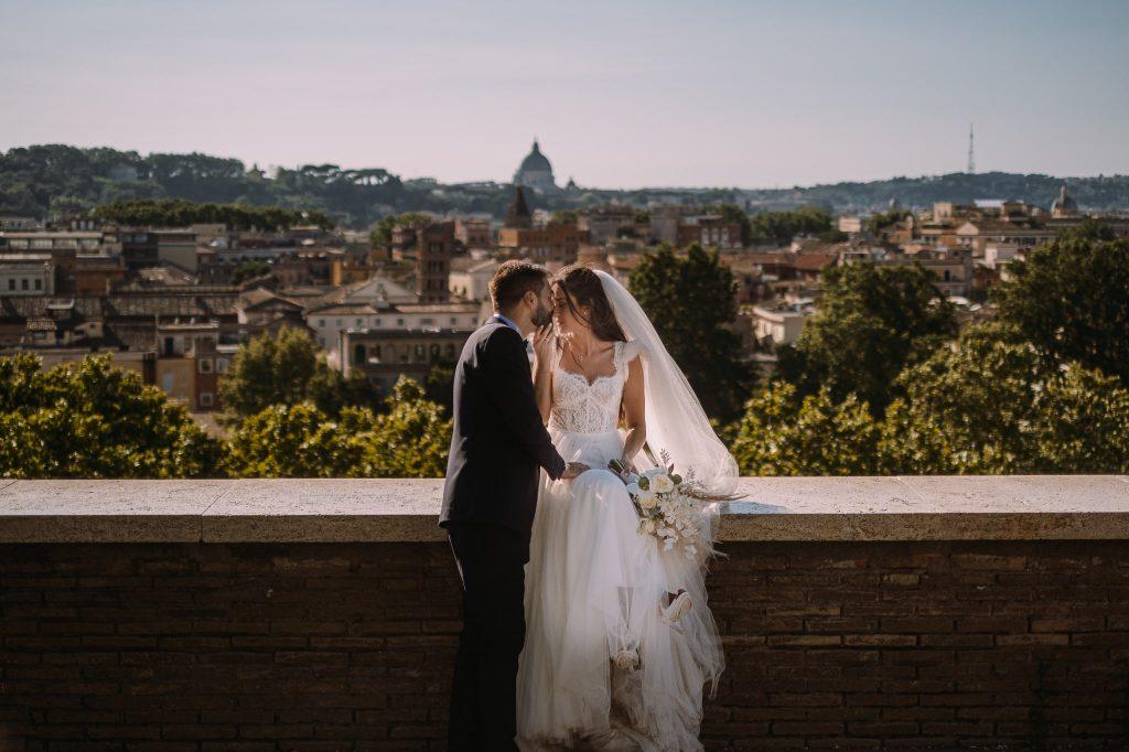 gli-sposi-si-baciano-al-giardino-degli-aranci-a-roma-durante-le-foto-di-coppia-dopo-il-matrimonio