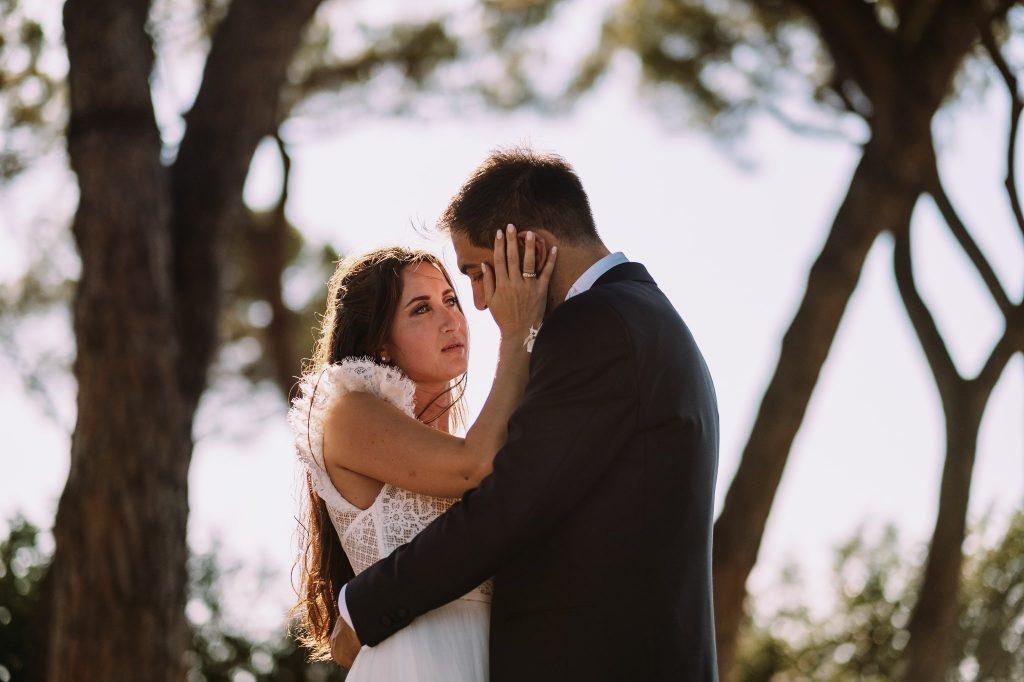 la-sposa-accarezza-lo-sposo-durante-le-foto-di-coppia-dopo-la-cerimonia-a-roma-campioni-europei-2020