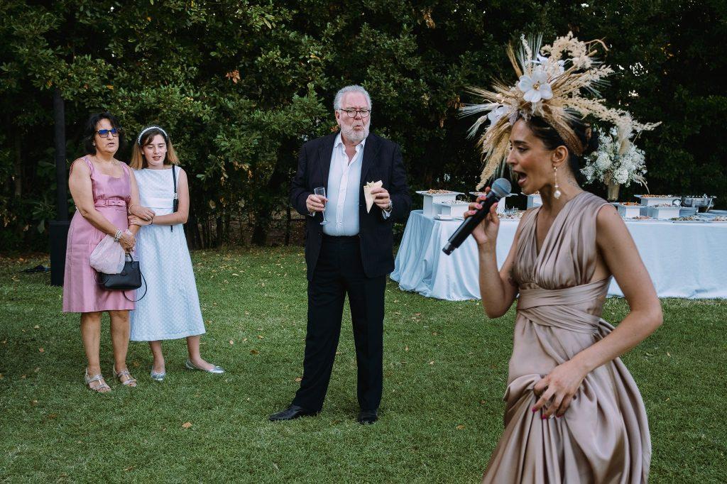 cantante-durante-aperitivo-di-matrimonio-mentre-invitati-la-guardano-a-villa-blumensthil-campioni-europei-2020