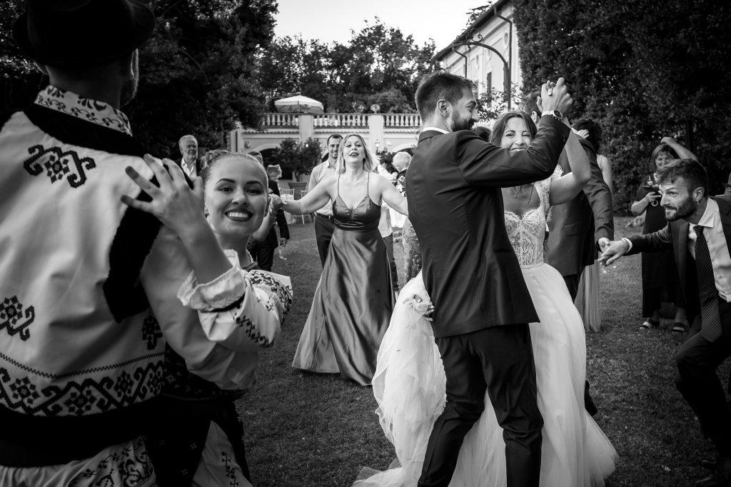 sposi-ballano-balli-tradizionali-rumeni-durante-un-matrimonio-a-roma-campioni-europei-2020
