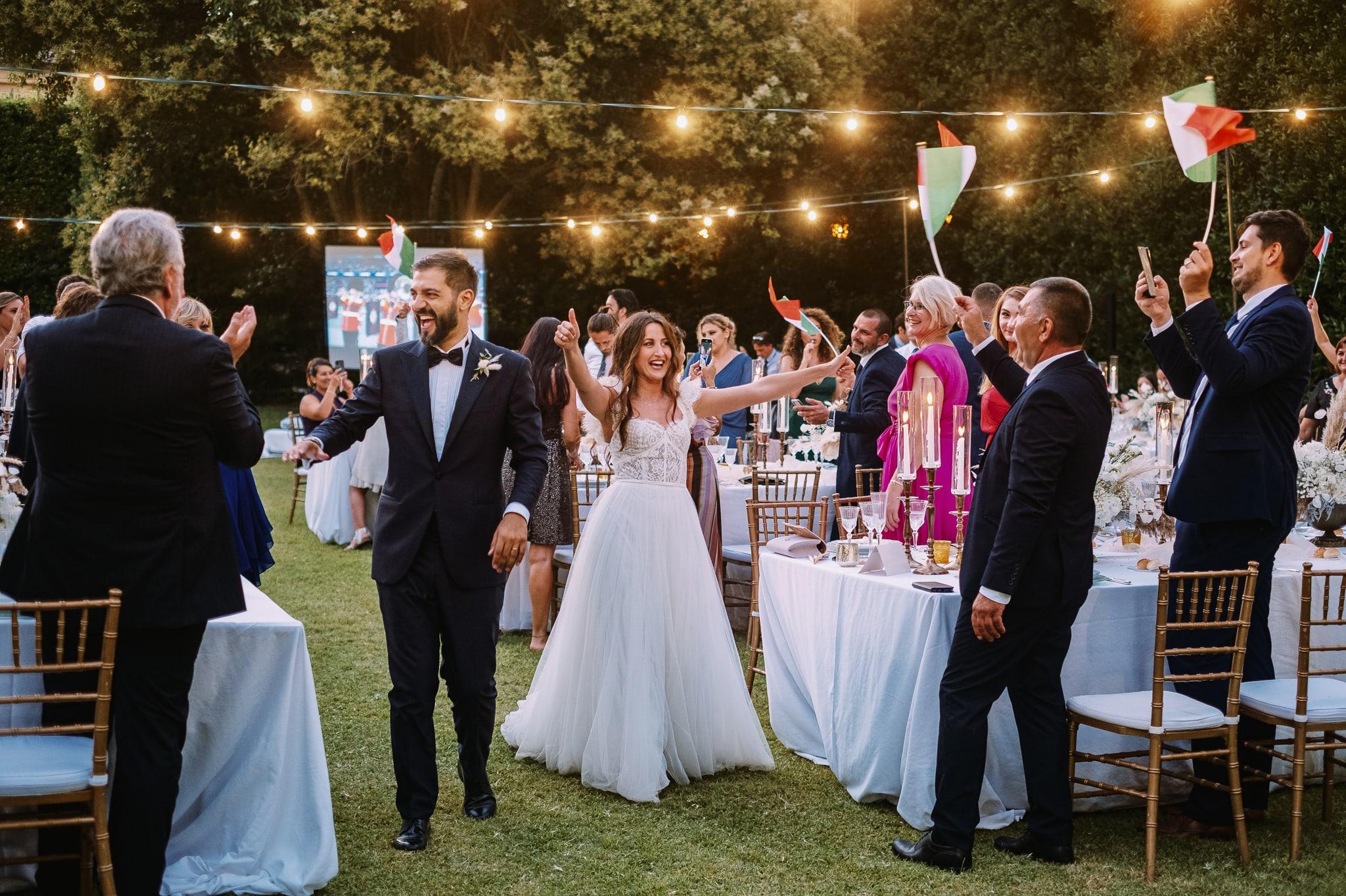 sposi-entrano-alla-cena-durante-un-matrimonio-a-villa-blumensthil-durante-finale-campionato-europeo-calcio-2021-campioni-europei-2020