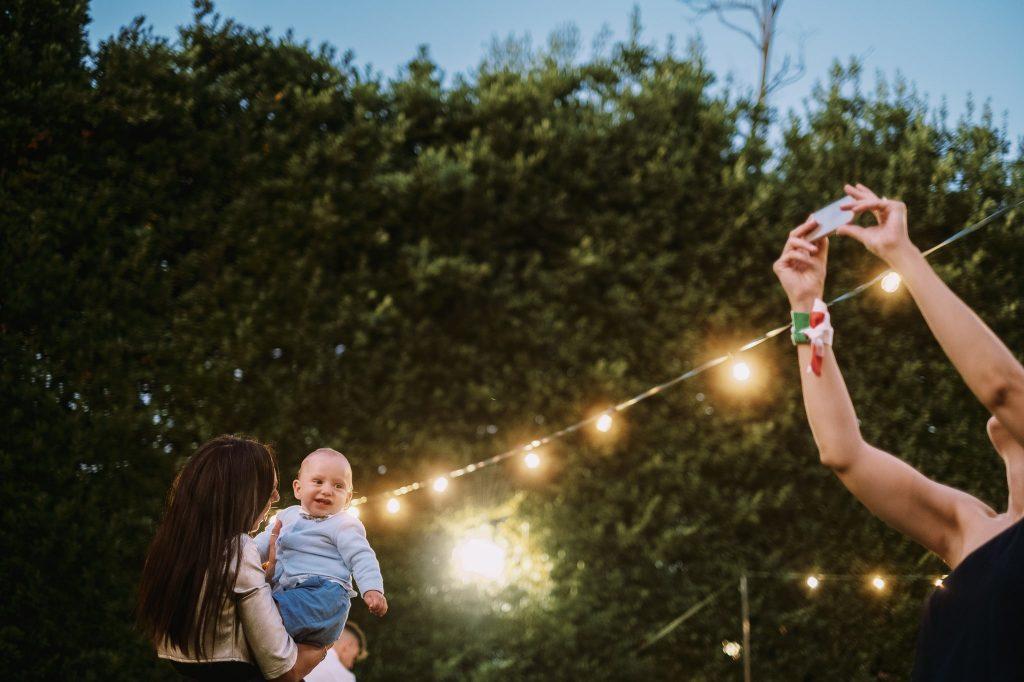 invitata-ad-matrimonio-fotografa-mentre-un-bambini-ride-insieme-alla-sua-mamma-campioni-europei-2020