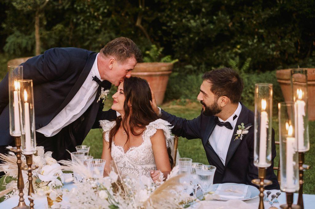papa-della-sposa-bacia-sua-figlia-mentre-lo-sposo-accarezza-i-capelli-della-sposa
