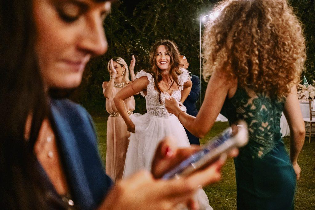 sposa-balla-durante-il-ricevimento-del-suo-matrimonio-a-villa-blumensthil