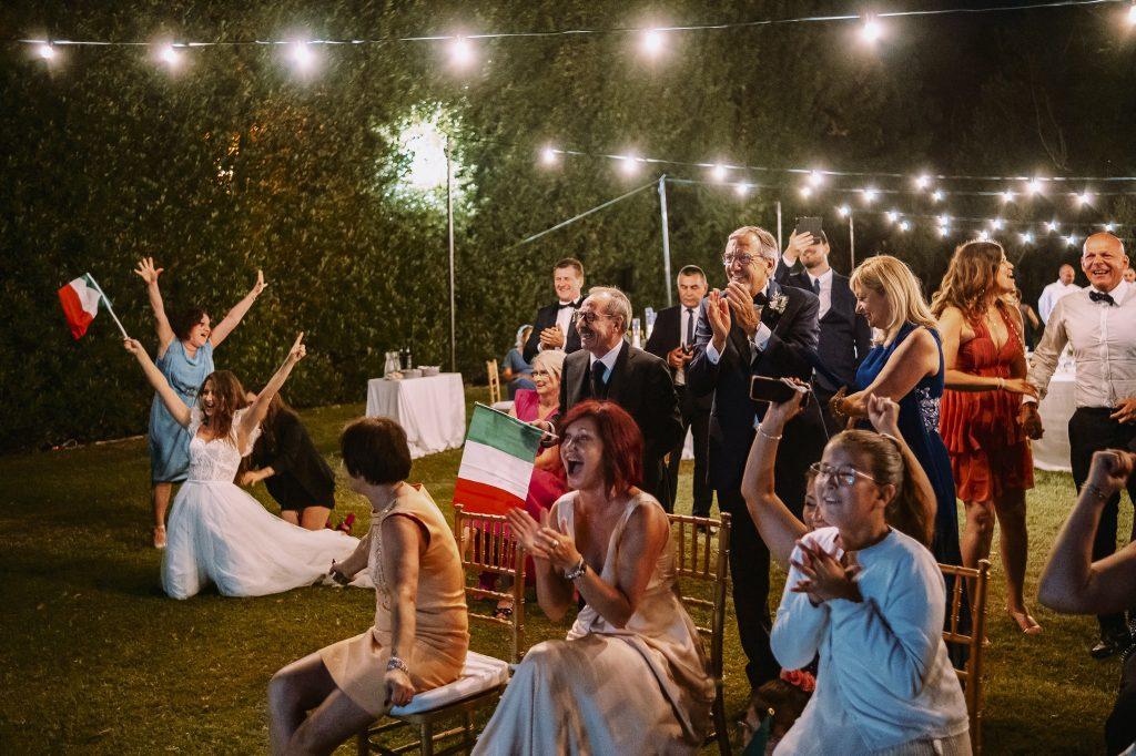 sposi-festeggiano-insieme-agli-invitati-vittoria-finale-campionati-europei-di-calcio-2021-italia-inghilterra-campioni-europei-2020