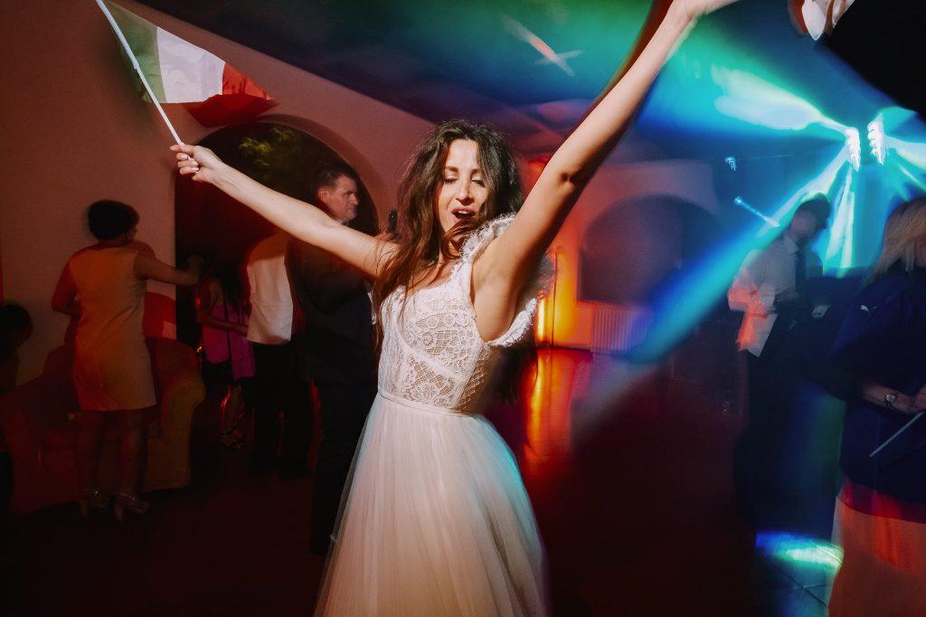 sposa-balla-mentre-feteggia-vittoria-europei-2021-calcio-italia-inghilterra-a-villa-blumensthil-campioni-europei-2020