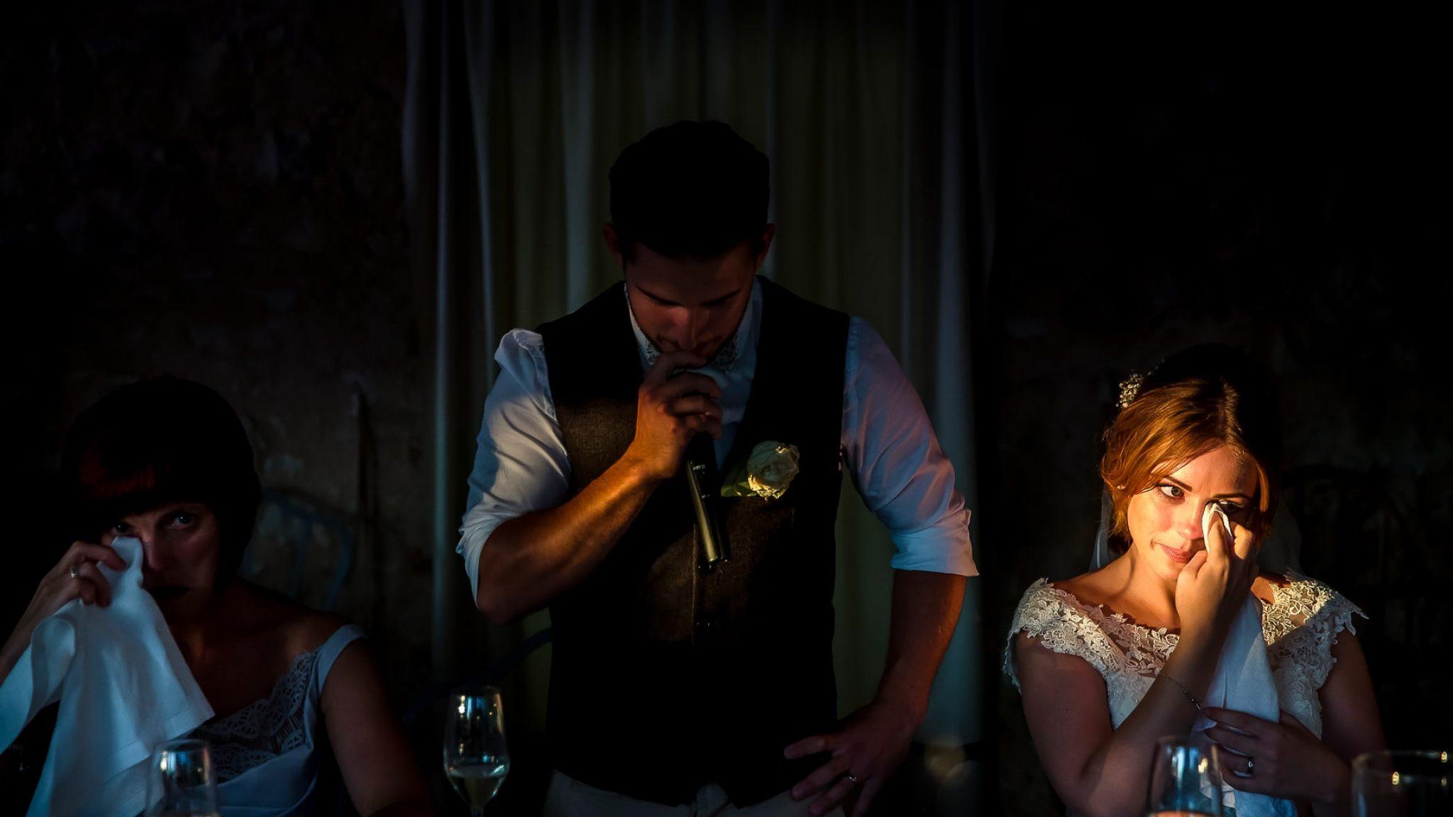 matrimonio al borgo della marmotta raggio di luce che illumina il viso emozionato della sposa durante il discorso dello sposo